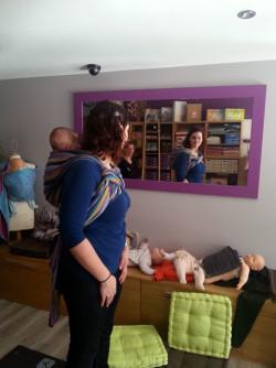 Comment apprendre à porter son bébé en écharpe   atelier de portage dos  Tikoala 2a02a64fe91