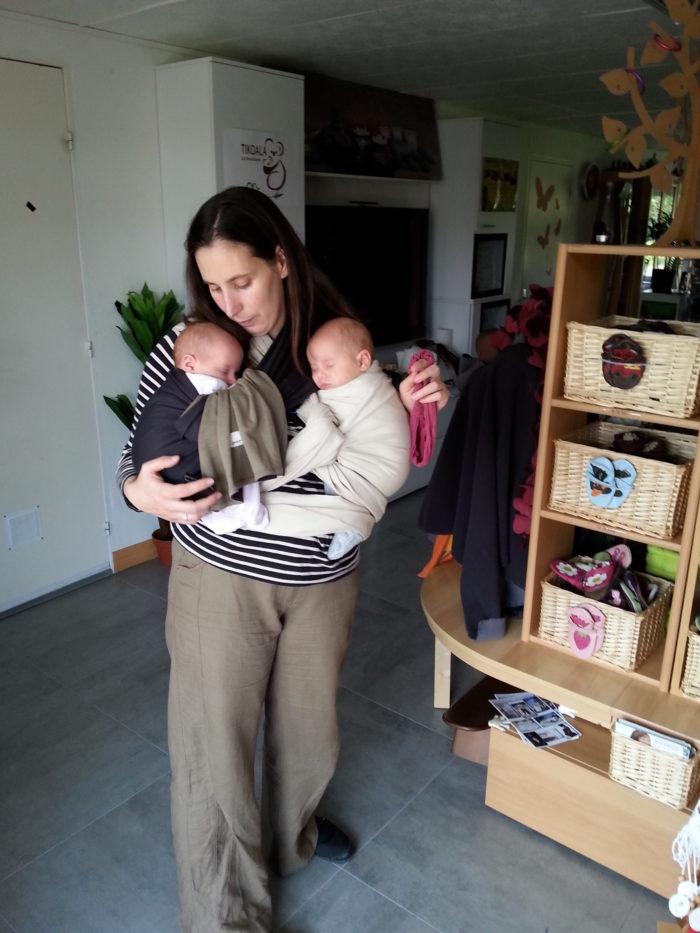 Apprendre à porter son bébé en écharpe : avec des jumeaux